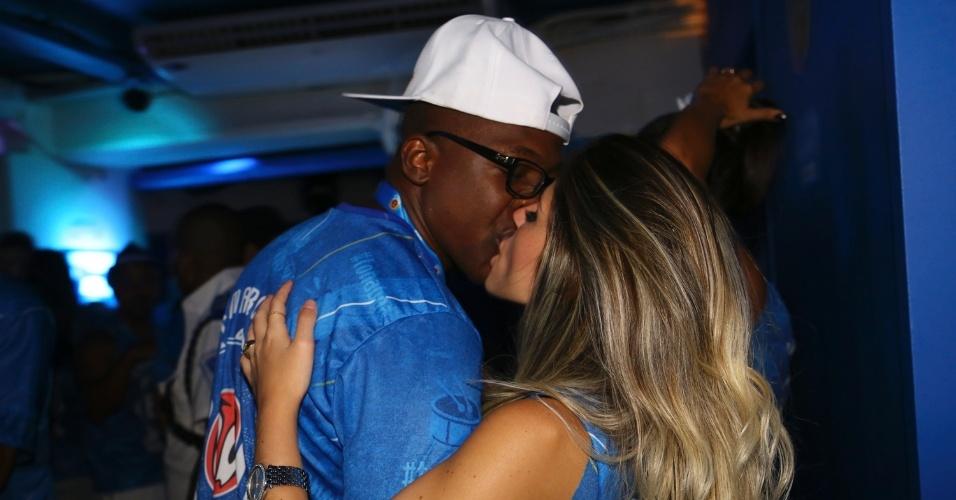 8.fev.2016 - Mumuzinho dá um beijaço na namorada, Natália Galvani