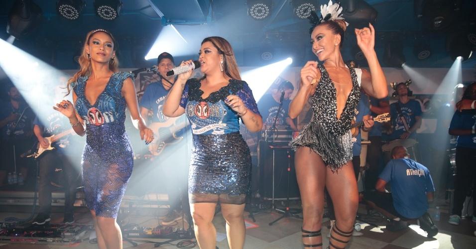 9.fev.2016 - Enquanto o desfile rola na avenida, Preta Gil faz show no camarote e dança com Tais Araújo e Sabrina Sato