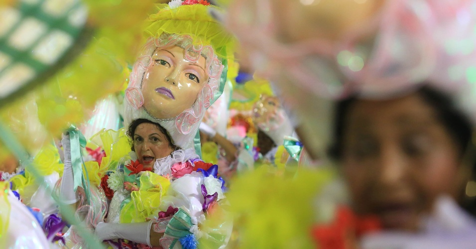 9.fev.2016 - Imperatriz Leopoldinense levou elementos da cultura caipira para a avenida para contar a história de Zezé Di Camargo e Luciano