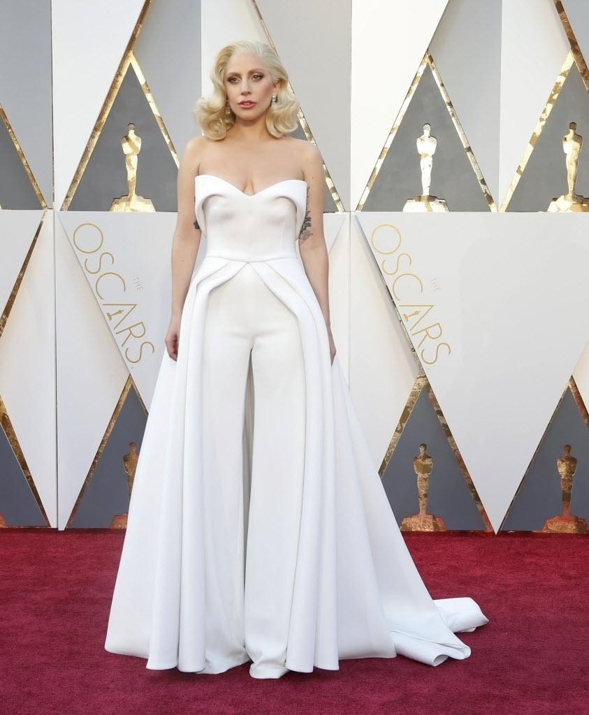 28.fev.2016 - Com longo branco, Lady Gaga posa para fotos no tapete vermelho do Oscar 2015
