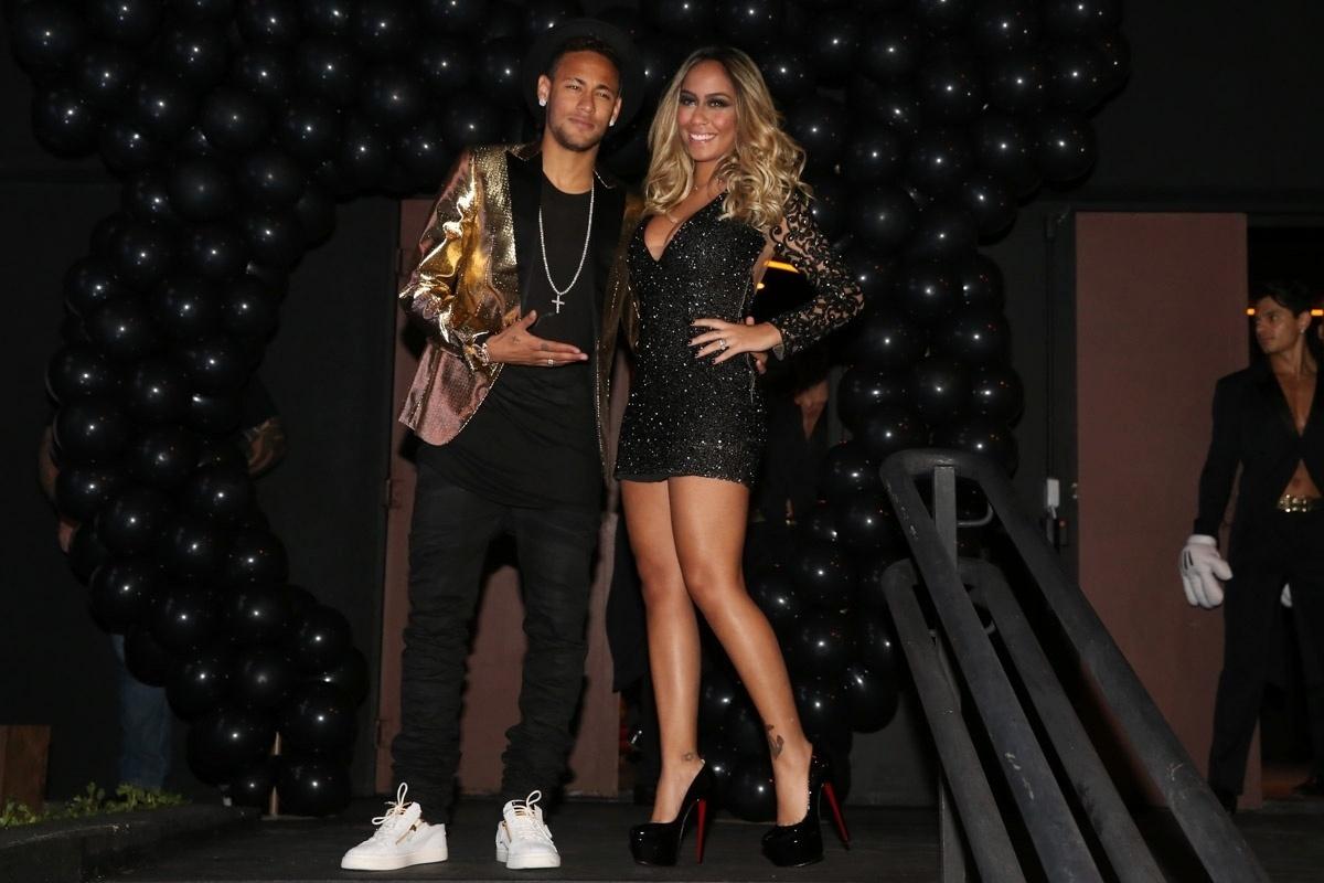 7.mar.2016 - Neymar prestigia a irmã Rafaella Santos no aniversário de 20 anos dela