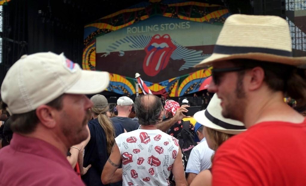 25.mar.2016 - Fãs aguardam show gratuito dos Rolling Stones na Cidade Esportiva em Havana, Cuba
