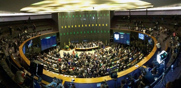 Votação do processo de impeachment realizada neste domingo (17) durou seis horas - Márcio Neves/UOL