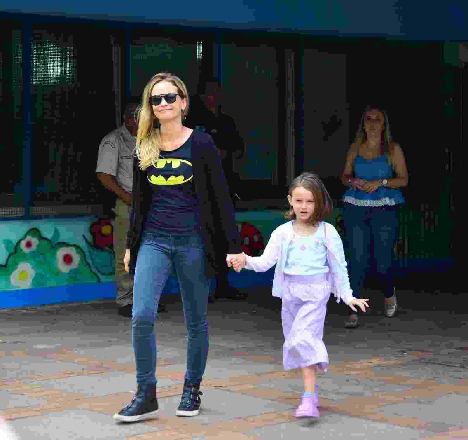 30.out.2016 - Fernanda Rodrigues vai com a filha, Luisa, votar no segundo turno das eleições em uma escola na Barra da Tijuca, zona oeste do Rio - William Odab/AgNews