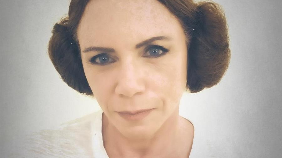 """Jornalista Leilane Neubarth homenageia Carrie Fisher imitando o penteado de Princesa Leia, de """"Star Wars"""" - Reprodução/Instagram/leilaneneubarth"""