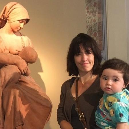 Mulher é repreendida por amamentar em museu cheio de seios nus - Reprodução/Twitter