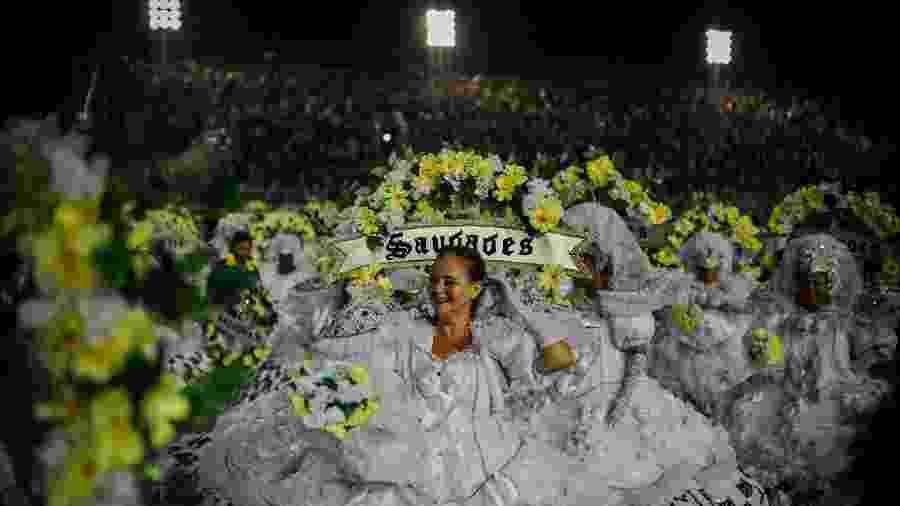Integrantes da Unidos da Tijuca na dispersão da Sapucaí, após o desfile no 1º dia do Grupo Especial - Lucas Landau/UOL