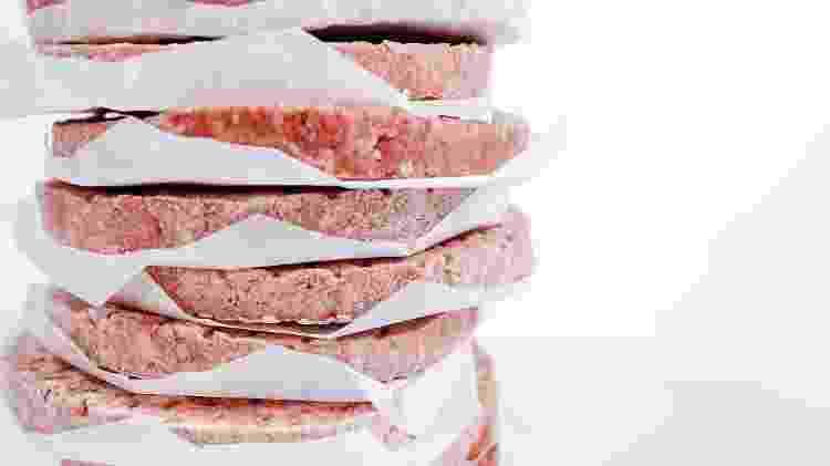 Olhar o rótulo é o melhor jeito de escolher os alimentos mais saudáveis das prateleiras de congelados - iStock
