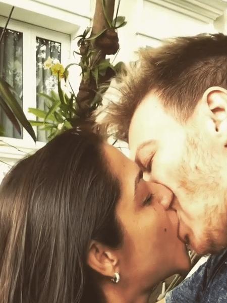Michel Teló dá beijão em  Thais Fersoza em vídeo - Reprodução/Instagram