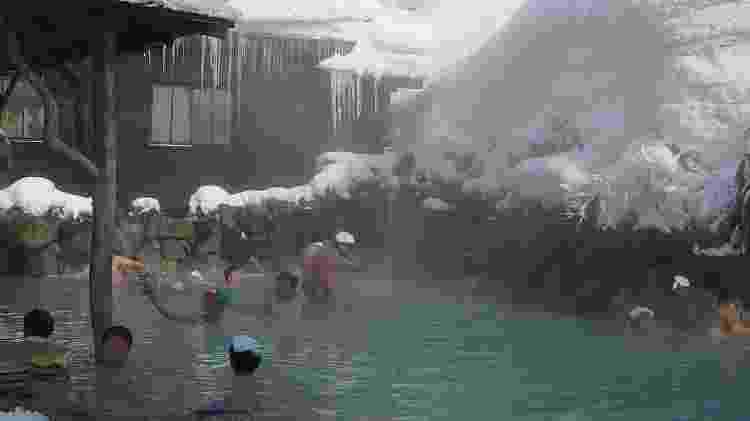 "Japoneses se reúnem em piscina termal da ""onsen"" Tsurunoyu, no norte do território nipônico - Markmark28/creativecommons.org/licenses/by-sa/3.0/deed.en"