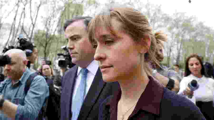 A atriz Allison Mack deixa corte em Nova York acompanhada do advogado - Brendan McDermid/Reuters