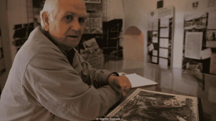 Vintrova Mandrholec posa com fotos de satélite do campo de trabalhos forçados onde ficou preso - Martin Trabalik - Martin Trabalik