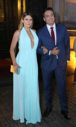"""Lívia Andrade e Léo Dias, do """"Fofocalizando"""", no casamento de Nicole Bahls"""
