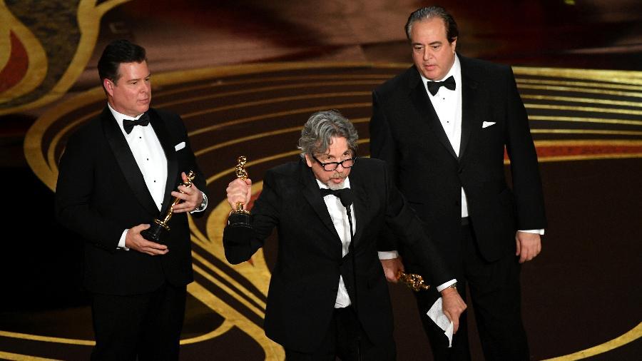 """O diretor Peter Farrelly (no centro, ao microfone) recebe o o Oscar de melhor filme por """"Green Book - O Guia"""" - Kevin Winter/Getty Images"""