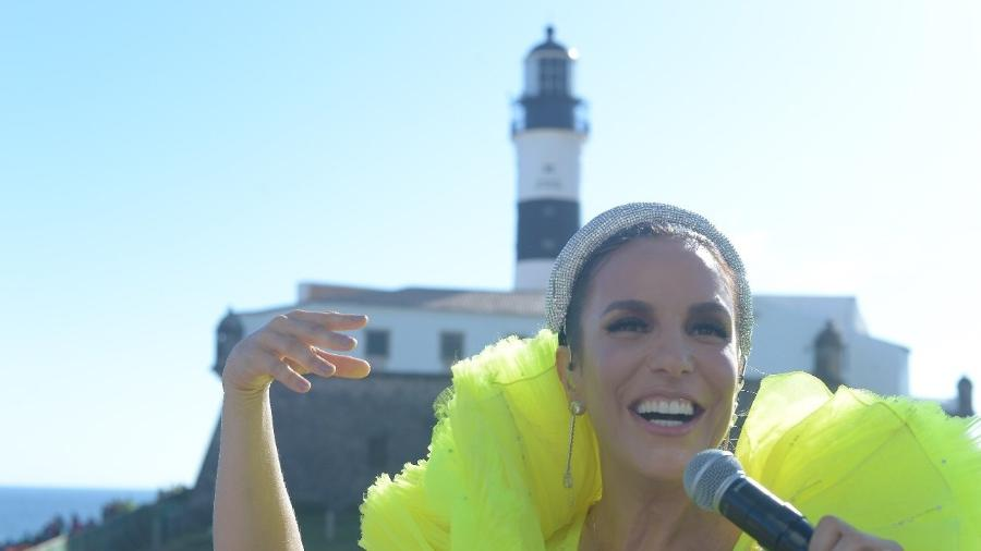 Ivete Sangalo canta para os foliões que seguem seu bloco em frente ao farol da Barra - Andre Muzell/Brazil News