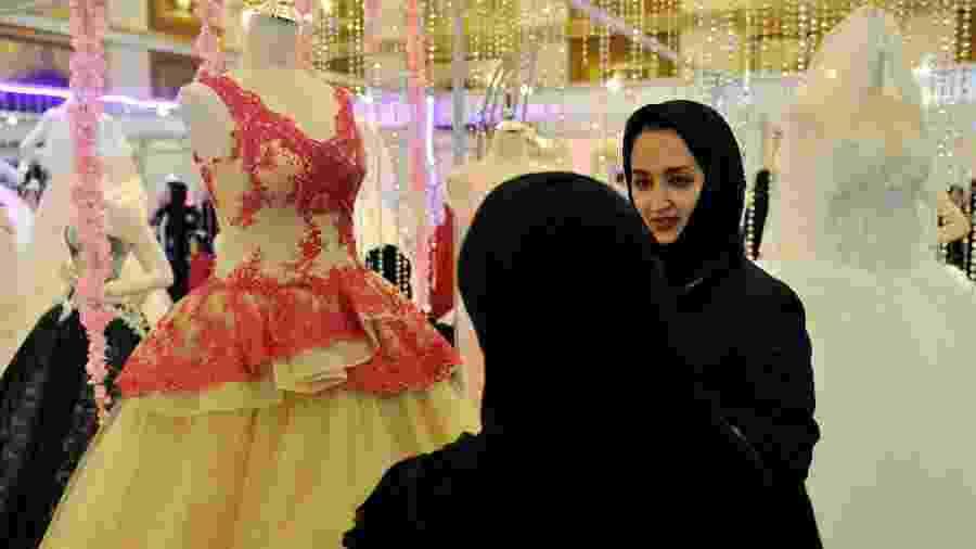 Sauditas participam de feira de vestidos de noivas - AFP