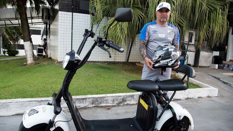 Sampaoli recebeu a scooter elétrica há cerca de 2 meses; revenda da importadora presenteou treinador, que ganhou até capacete - Reprodução