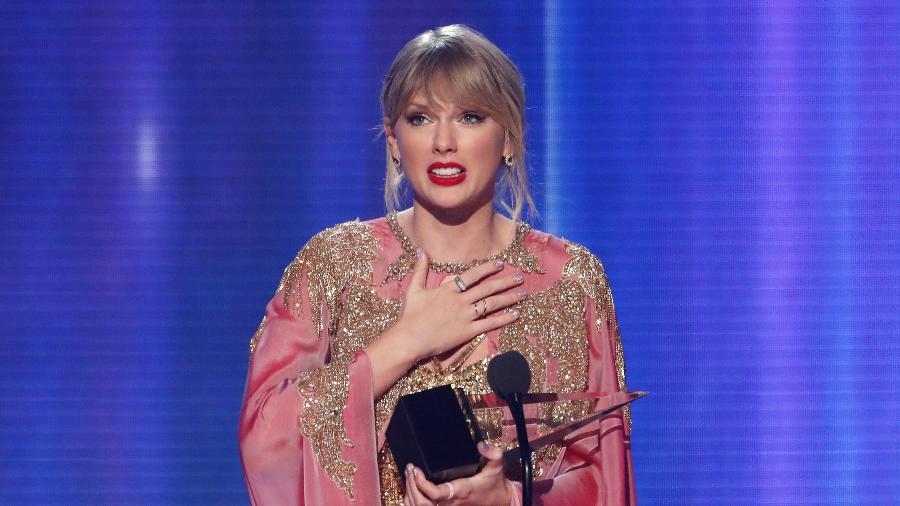 24.nov.2019 - Taylor Swift recebeu o prêmio de artista do ano no American Music Awards - Mario Anzuoni/Reuters
