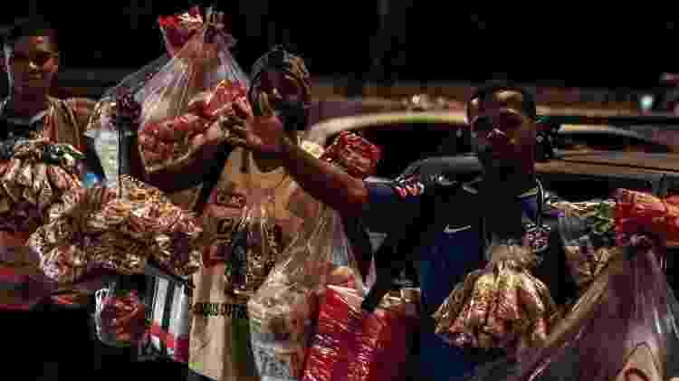 Jovens vendem biscoitos no trânsito - Patrick Mendes/ Imagens do Povo - Patrick Mendes/ Imagens do Povo