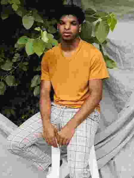 Justin Stewart em seu primeiro photoshoot profissional como modelo - Reprodução/Twitter