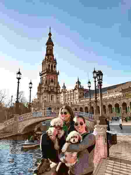 Fernanda, Noelma e as companhias caninas em Sevilha, na Espanha - Arquivo pessoal - Arquivo pessoal