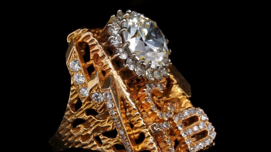 Anel de ouro e diamante com as letras TCB antes de leilão - GWS AUCTIONS/via REUTERS