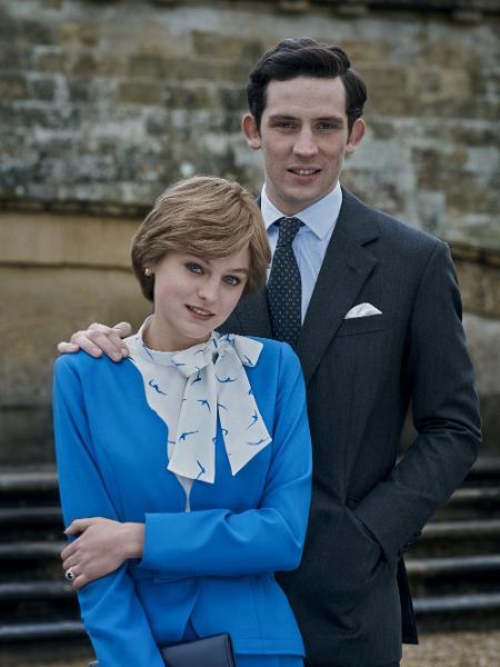 """Diana (Emma Corrin) e Charles (Josh O""""Connor) posam juntos em """"The Crown"""" - Des Willie/Netflix"""