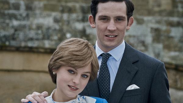 Diana (Emma Corrin) e Charles (Josh O'Connor) posam juntos em 'The Crown'