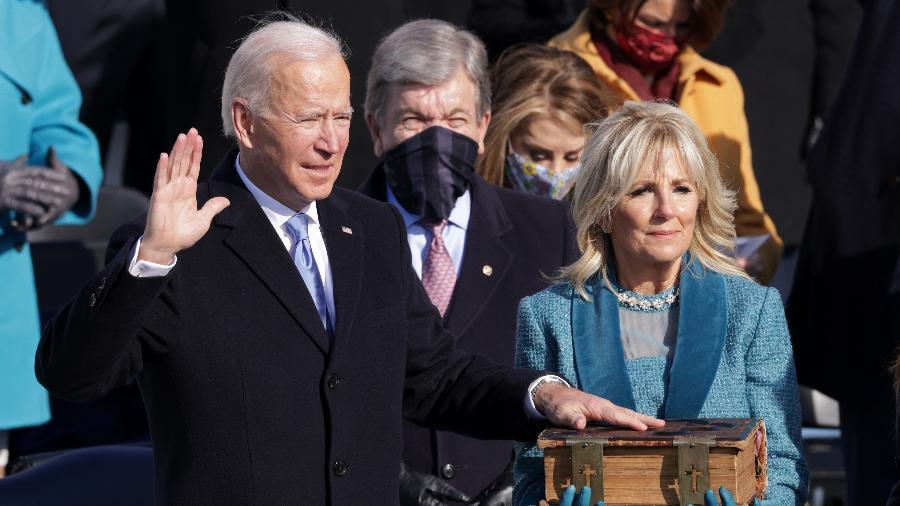 Joe Biden faz o juramento durante sua posse como presidente dos Estados Unidos - Alex Wong/Getty Images