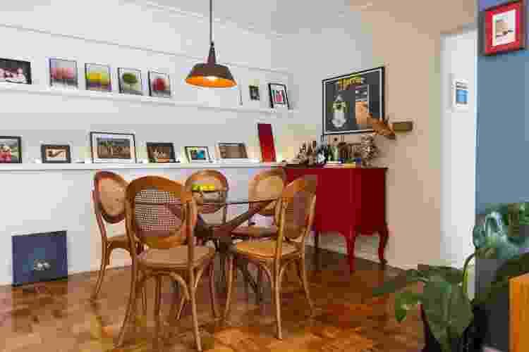 Projeto da @cacho.arquitetura utilizou uma cômoda antiga do próprio cliente. O móvel foi repaginado com uma nova pintura e a troca de puxadores agora serve de apoio para o bar e para guardar toalhas de mesa e jogos de faqueiros. - Divulgação - Divulgação