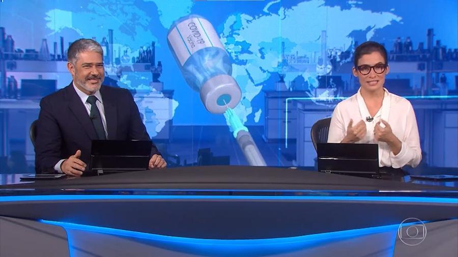 William Bonner sorri enquanto Renata Vasconcellos fala que recebeu a primeira dose da vacina - Reprodução/Globoplay