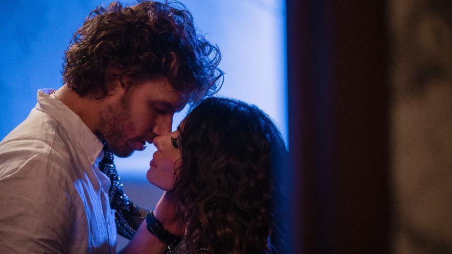 Na série, Billie (Sarah Shahi) relembra das noites de sexo selvagem que teve com o ex-namorado Brad (Adam Demos). Química é tudo em um relacionamento? - Netflix