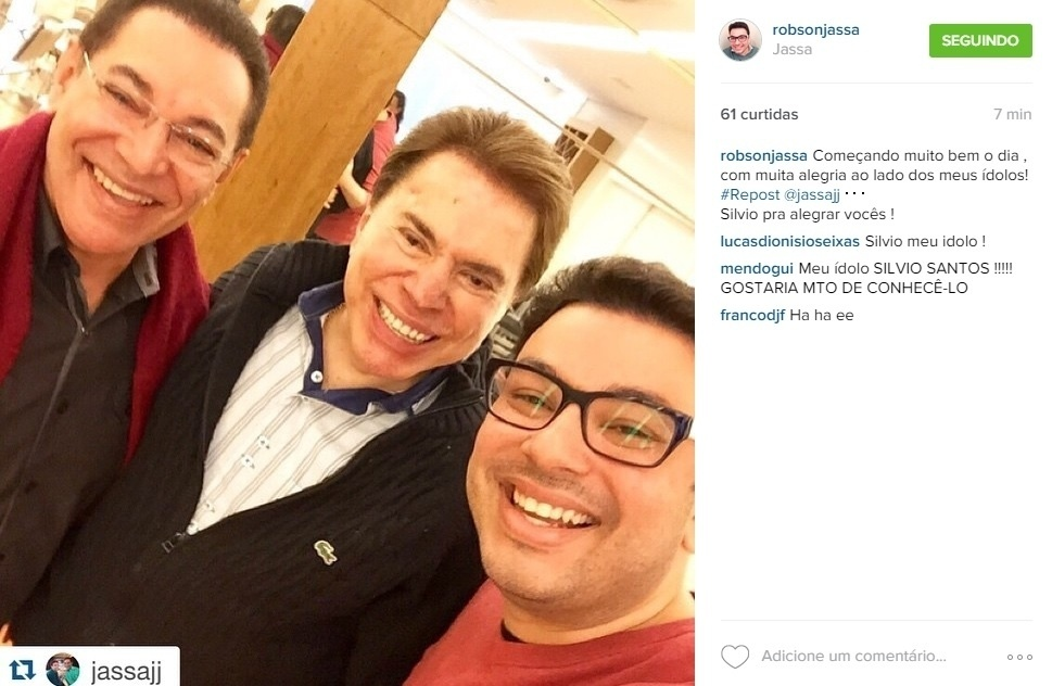 2.jul.2015 - Filho do cabeleireiro Jassa, Robson faz selfie com o pai e o apresentador Silvio Santos.