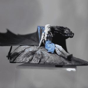 """Boneco da personagem Daenerys Targaryen, também conhecida como a """"Mãe dos Dragões"""", exposto na Comic-Con de San Diego no estande da editora Dark Horse - Reprodução/Twitter oficial/@GameofThrones"""