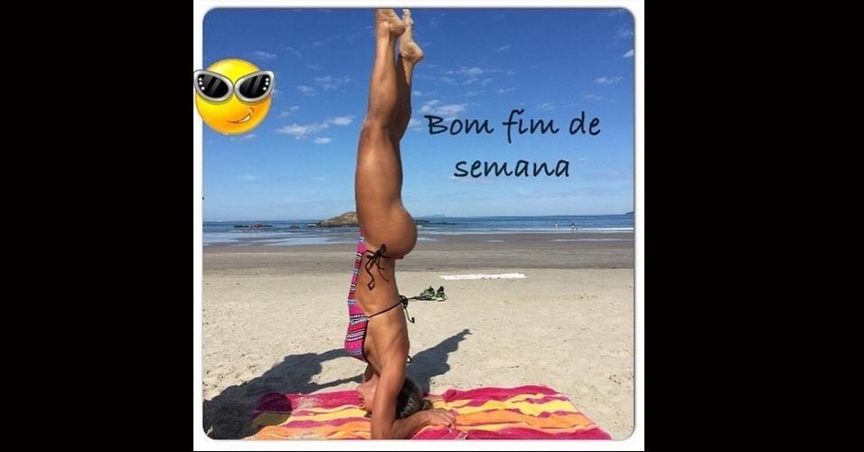 17.jul.2015 - A ex-BBB Mayra Cardi desejou um ótimo final aos seus seguidores no Instagram de maneira inusitada. Nesta sexta-feira, ela posou em uma praia, vestindo biquíni e posicionada de cabeça para baixo, assim como Xuxa tentou fazer há alguns dias