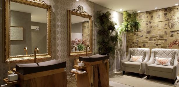 Nos Banheiros Públicos, o painel estampado atrás dos espelhos remete aos bordados filé - Rogério Maranhão/ Divulgação