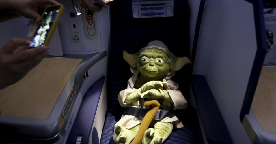 Yoda relaxando em poltrona de avião