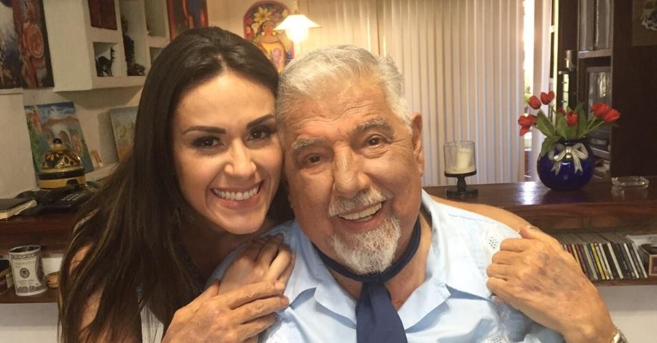 "Nadja Haddad com Rúben Aguirre, o professor Girafales do seriado ""Chaves"""