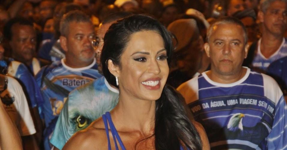 3.jan.2016 -Gracyanne Barbosa  participa de ensaio de rua da Portela, no Rio