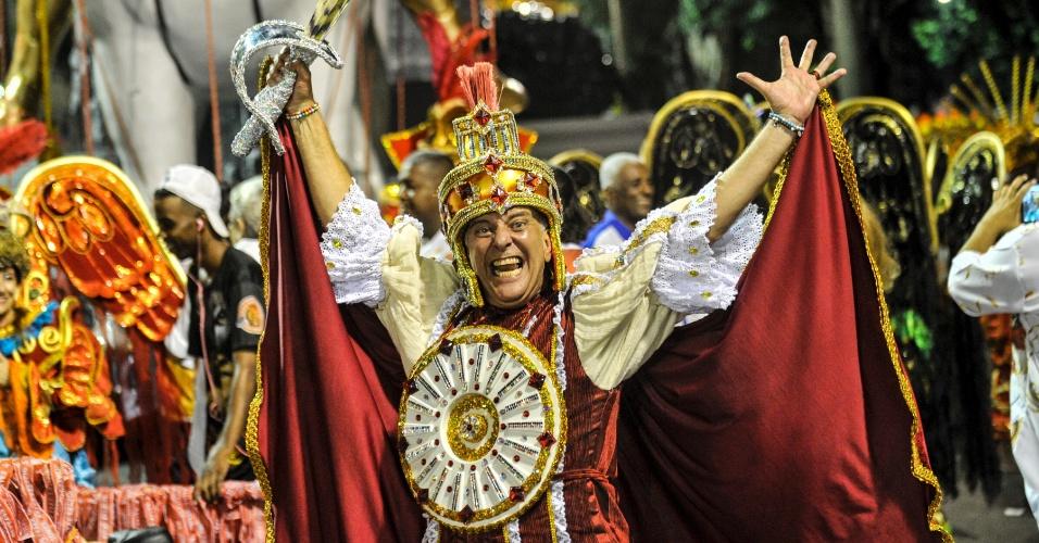 7.fev.2016 - O diretor Jorge Fernando durante desfile da Estácio