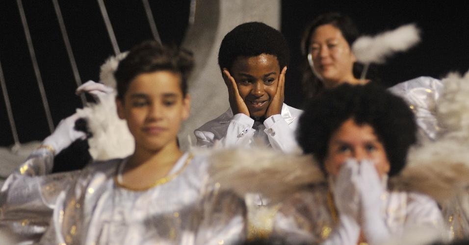 """8.fev.2016 - O ator mirim Jean Paulo, o Cirilo da novela """"Carrossel"""", representa Milton Nascimento no desfile da Tom Maior"""