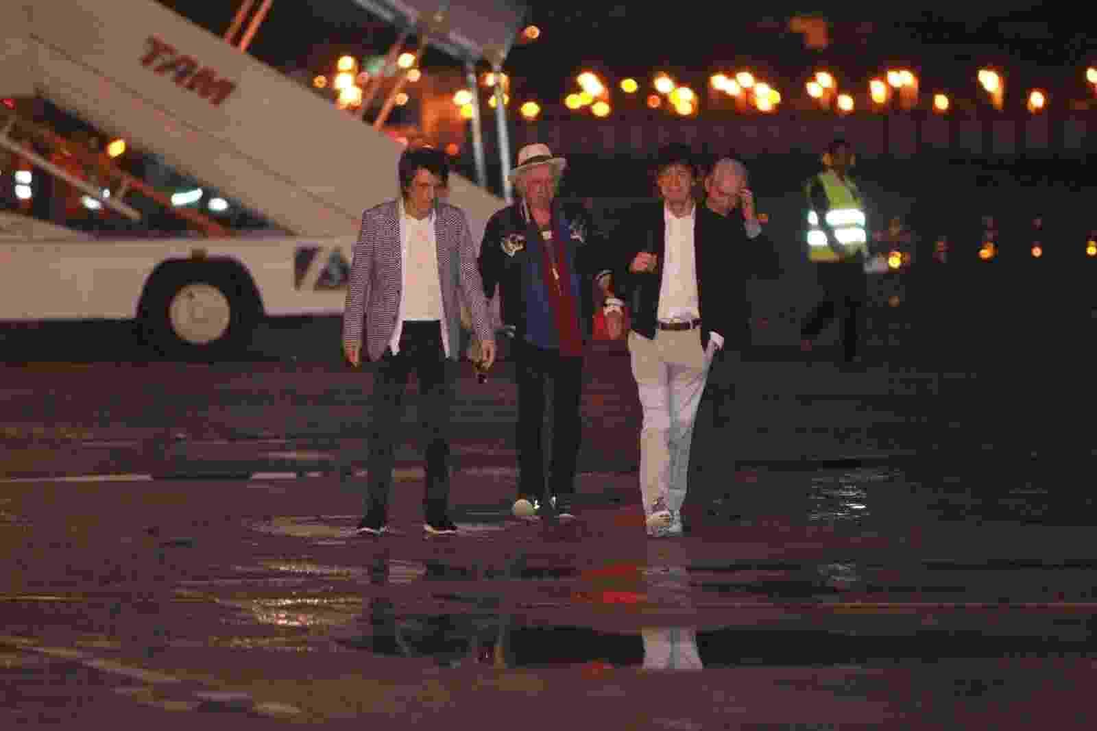 17.fev.2016 - A banda Rolling Stones desembarca no aeroporto do Galeão, no Rio de Janeiro - Marcello Sá Barretto/AgNews