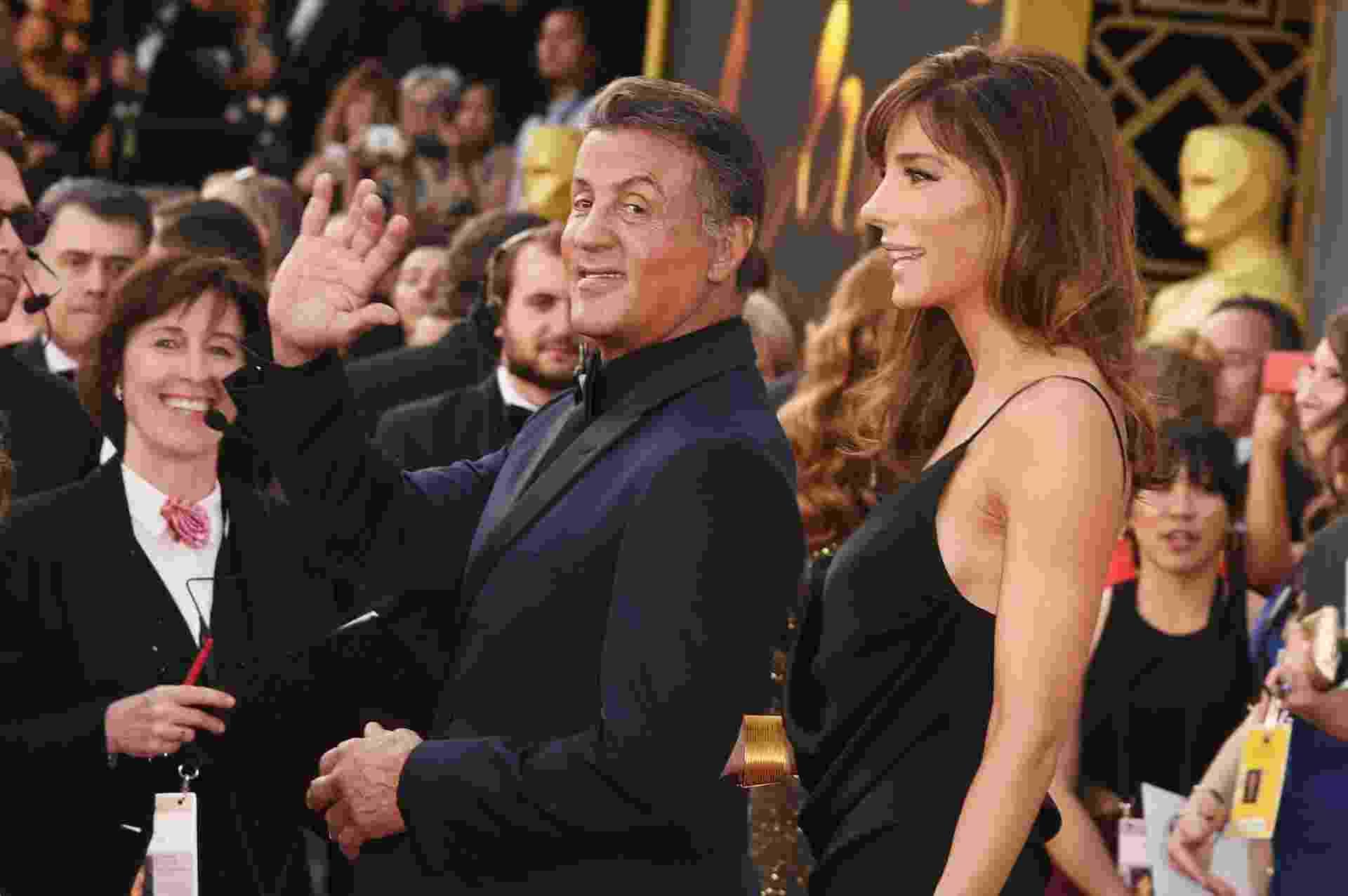 28.fev.2016 - Acompanhado da mulher Jennifer Flavin, Sylvester Stallone acena ao chegar no tapete vermelho do Oscar - Jason Merritt/Getty Images
