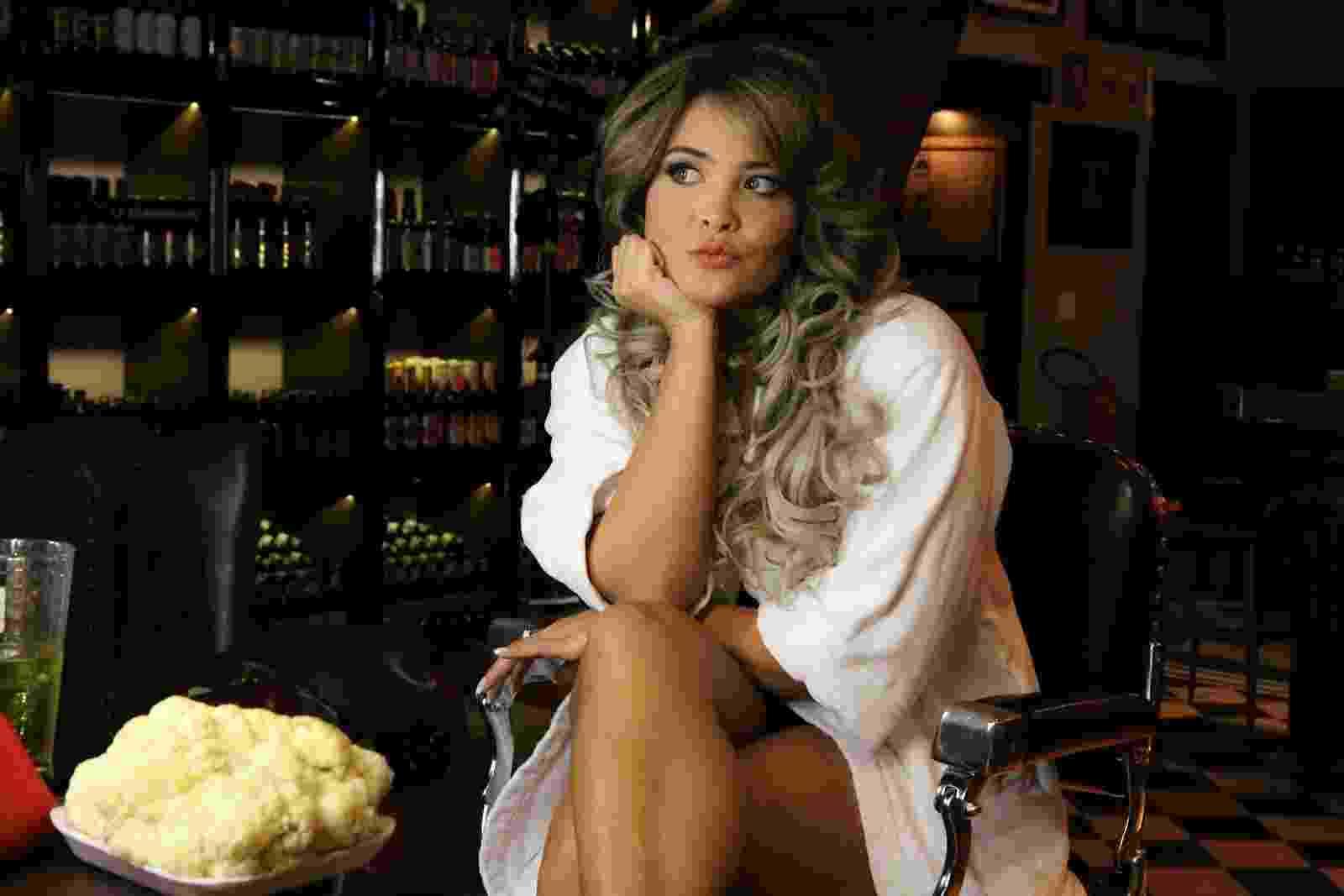 """3.mar.2016 - Geisy Arruda posa com uma couve-flor em alusão a sua cirurgia íntima feita em 2012 cujo objetivo era corrigir a chamada """"hipertrofia dos pequenos lábios vaginais"""". Na época, a ex-A Fazenda disse que sua vagina parecia uma """"couve-flor"""" e por isso optou pela cirurgia - Thais Aline / Ag Fio Condutor"""