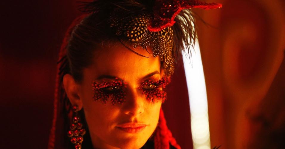 """Alinne Moraes vive Tigrana, durante a filmagem do último número musical de """"Os Saltimbancos Trapalhões 2 - Rumo a Hollywood"""""""