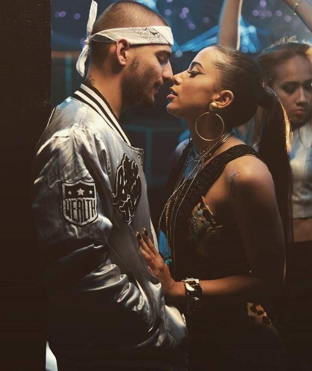 Anitta com o cantor colombiano Maluma em cena do clipe de
