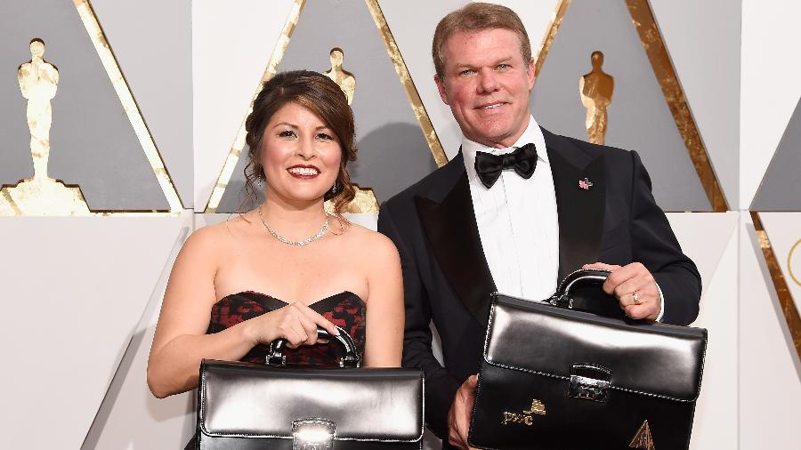 Martha Ruiz e Brian Cullinan, sócios da empresa de auditoria PriceWaterhouseCoopers, com a mala de votos do Oscar 2016 - Getty Images