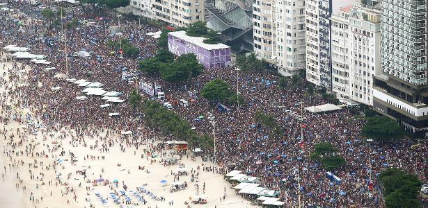 Durante o dia, bloco da Favorita reuniu milhares de foliões na orla de Copacabana