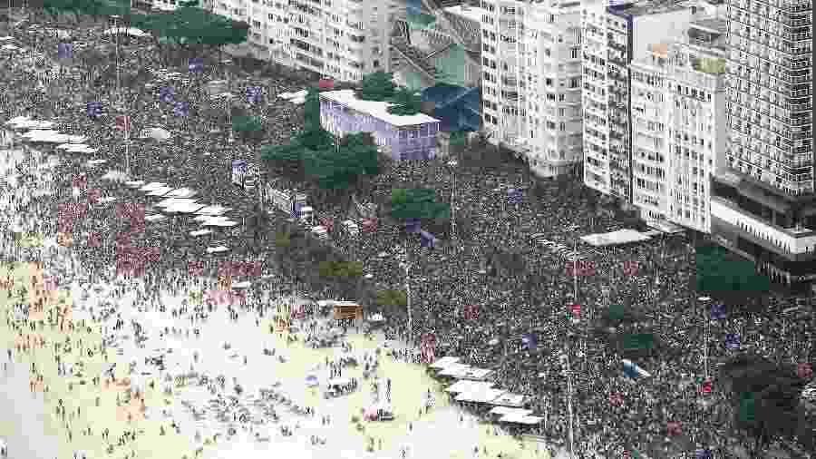 Durante o dia, bloco da Favorita reuniu milhares de foliões na orla de Copacabana - Fernando Maia/Riotur