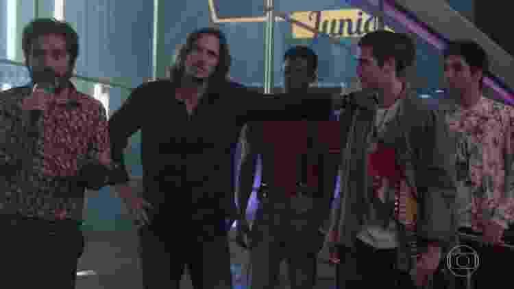 """Em """"Rock Story"""", Cassiano Junior pergunta a Gui Santiago se a banda 4.4 está envolvida com drogas - Reprodução/TV Globo"""